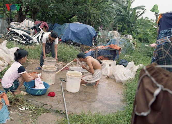 """""""Chốn ngủ"""" của những lao động nghèo dưới gầm cầu Long Biên - ảnh 13"""