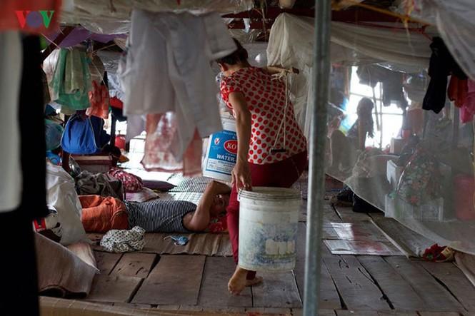 """""""Chốn ngủ"""" của những lao động nghèo dưới gầm cầu Long Biên - ảnh 16"""