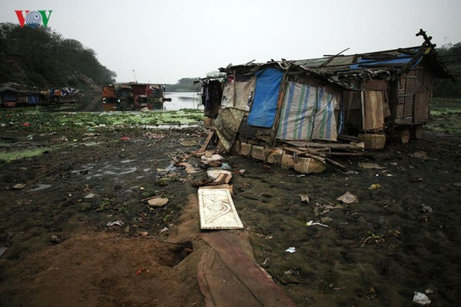 """""""Chốn ngủ"""" của những lao động nghèo dưới gầm cầu Long Biên - ảnh 3"""