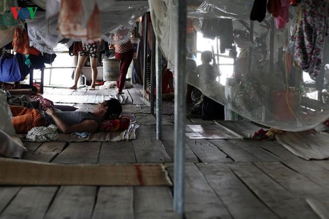 """""""Chốn ngủ"""" của những lao động nghèo dưới gầm cầu Long Biên - ảnh 7"""