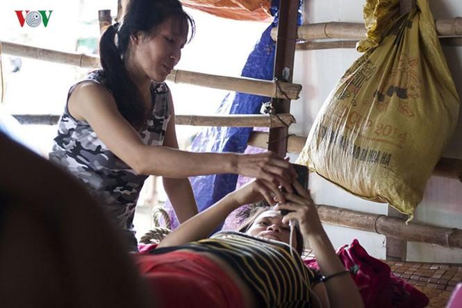 """""""Chốn ngủ"""" của những lao động nghèo dưới gầm cầu Long Biên - ảnh 9"""