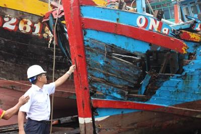 Lạnh người hình ảnh tàu cá nát bươm vì bị đâm chìm - ảnh 9