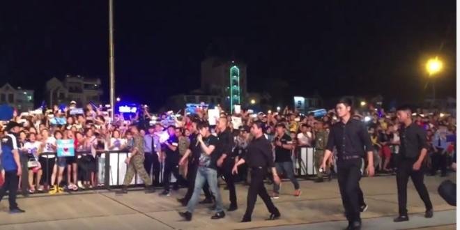 Sơn Tùng M-TP bị khán giả ném đồ khi diễn ở Bắc Giang - ảnh 1