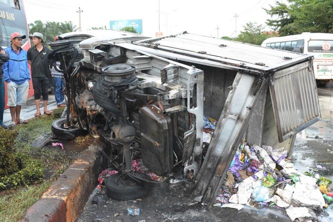 Đắk Lắk: Ba ô tô tông liên hoàn, một xe bốc cháy dữ dội - ảnh 1
