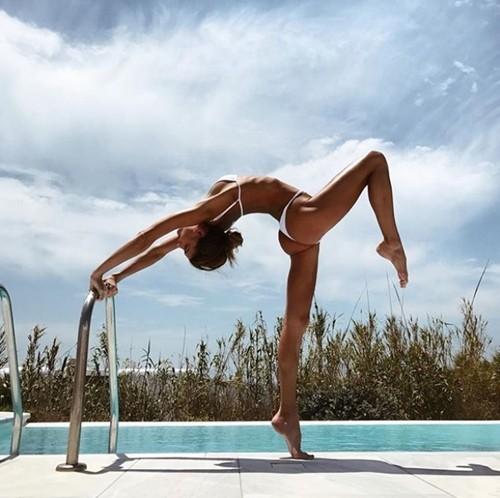 'Mỹ nhân yoga' mặc bikini tập luyện đẹp phát hờn - ảnh 12
