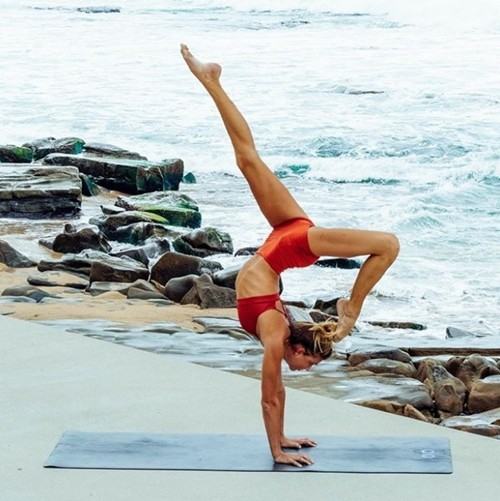 'Mỹ nhân yoga' mặc bikini tập luyện đẹp phát hờn - ảnh 4