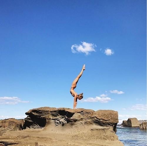 'Mỹ nhân yoga' mặc bikini tập luyện đẹp phát hờn - ảnh 6