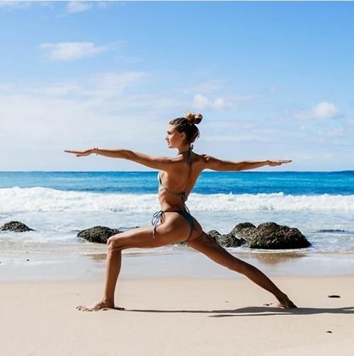 'Mỹ nhân yoga' mặc bikini tập luyện đẹp phát hờn - ảnh 8