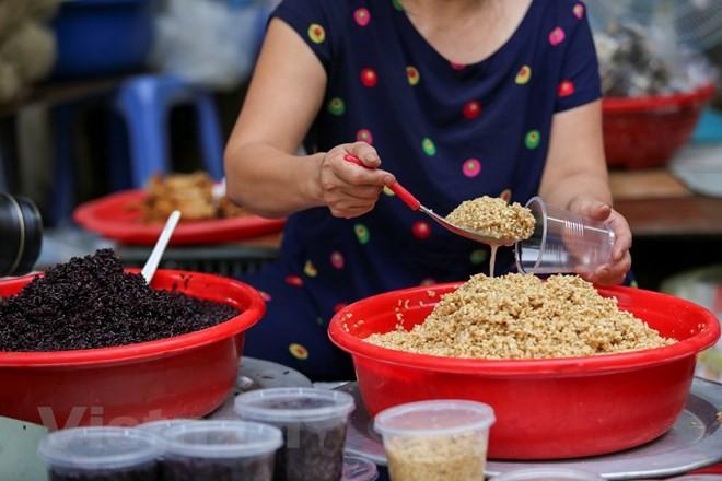 Người Hà Nội nhộn nhịp sắm Tết Đoan Ngọ, rượu nếp cấm hút khách - ảnh 11