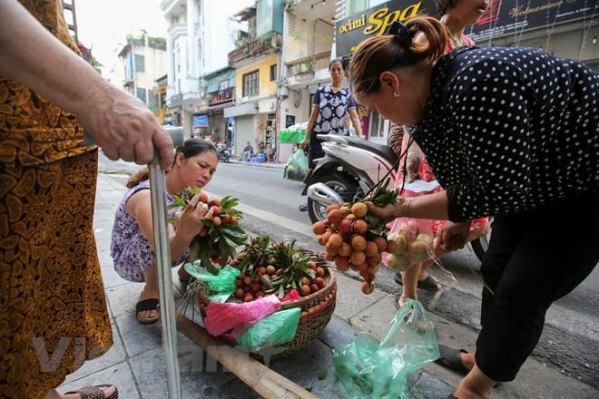 Người Hà Nội nhộn nhịp sắm Tết Đoan Ngọ, rượu nếp cấm hút khách - ảnh 4