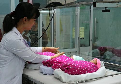 Người phụ nữ bỏ điều trị vô sinh bất ngờ mang tam thai - ảnh 1