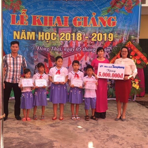 Nhà sách Tiền Phong Hải Phòng tặng quà học sinh nghèo vượt khó - ảnh 1