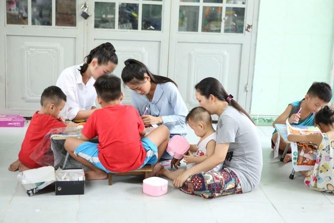 Thí sinh Miss World Vietnam giản dị để mặt mộc thực hiện Dự án Nhân ái - ảnh 1