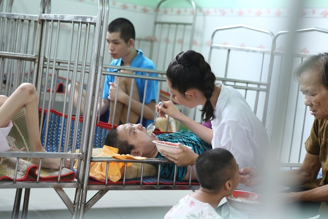 Thí sinh Miss World Vietnam giản dị để mặt mộc thực hiện Dự án Nhân ái - ảnh 2