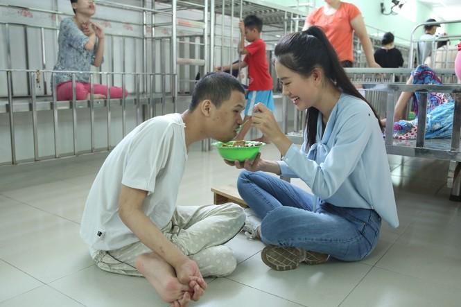 Thí sinh Miss World Vietnam giản dị để mặt mộc thực hiện Dự án Nhân ái - ảnh 3