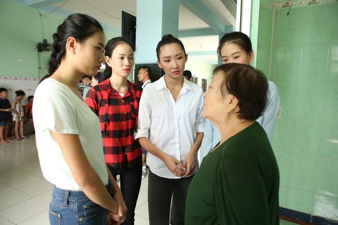 Thí sinh Miss World Vietnam giản dị để mặt mộc thực hiện Dự án Nhân ái - ảnh 4