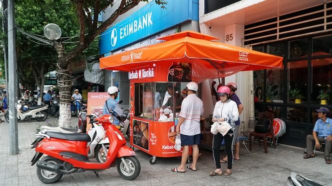 Xe bánh mì Kebab của 3 mẹ con Hà Nội đắt khách tại thủ phủ thốt nốt - ảnh 1