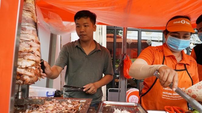 Xe bánh mì Kebab của 3 mẹ con Hà Nội đắt khách tại thủ phủ thốt nốt - ảnh 3