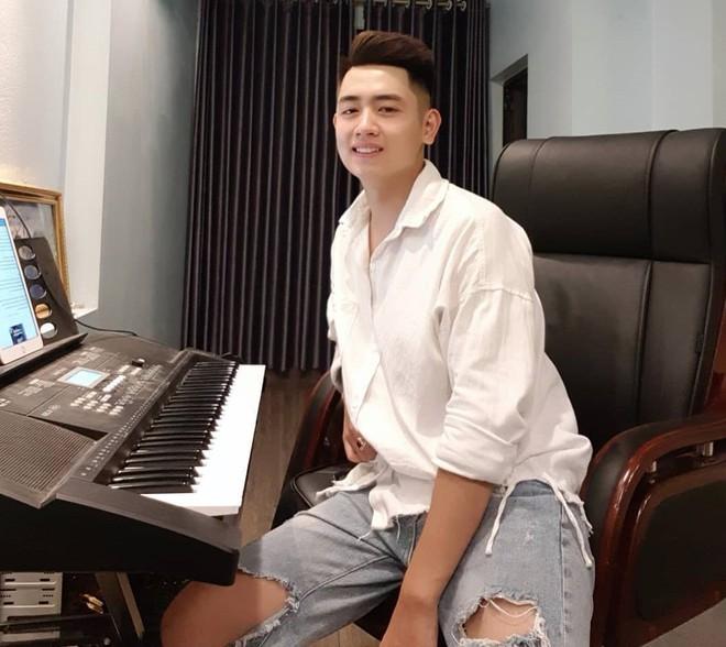 Hot boy trường cảnh sát nổi tiếng trên mạng nhờ hát hay, đàn giỏi - ảnh 4