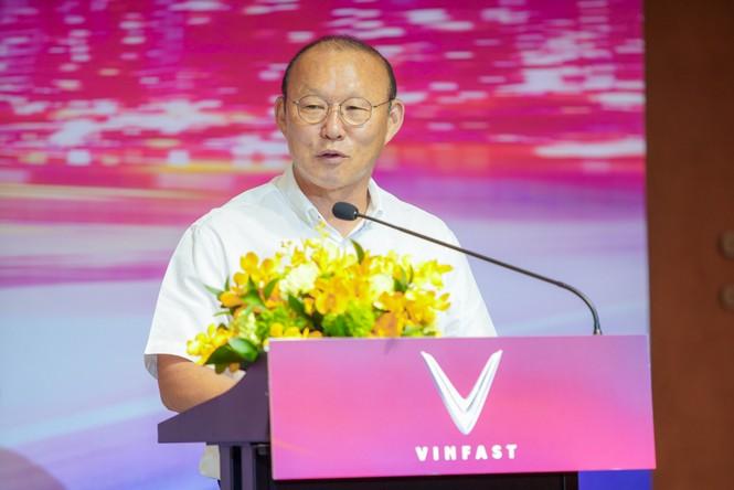 VinFast tặng xe Lux SA2.0 phiên bản cao cấp cho HLV Park Hang-seo - ảnh 1