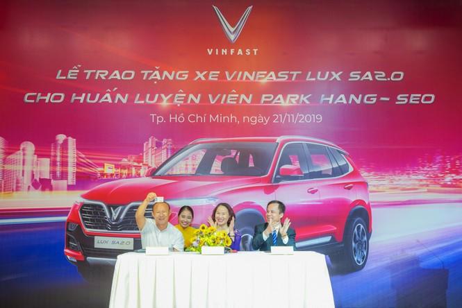 VinFast tặng xe Lux SA2.0 phiên bản cao cấp cho HLV Park Hang-seo - ảnh 2