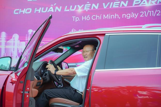 VinFast tặng xe Lux SA2.0 phiên bản cao cấp cho HLV Park Hang-seo - ảnh 4