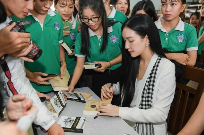 Hoa hậu Tiểu Vy: Tri thức là chiếc vương miện quý bền vững - ảnh 3