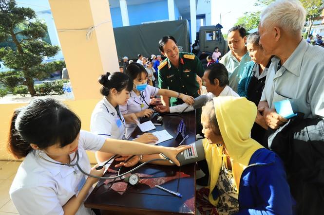 Tân Hiệp Phát tặng quà Tết, khám bệnh, cấp thuốc cho bà con ở Bình Phước - ảnh 1