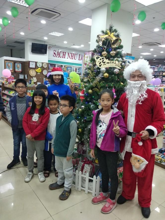 Ông già Noel giao quà miễn phí cùng ngàn quà tặng tại Nhà sách Tiền Phong - ảnh 3