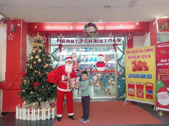 Ông già Noel giao quà miễn phí cùng ngàn quà tặng tại Nhà sách Tiền Phong - ảnh 1