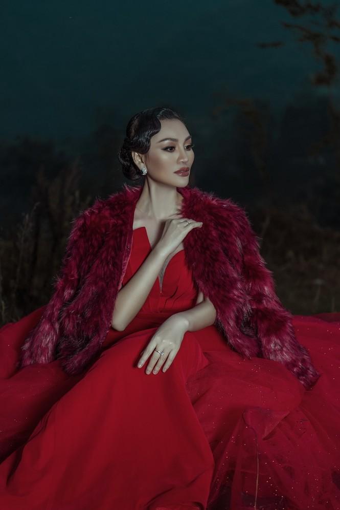 Nữ Hoàng Trần Huyền Nhung quyền lực, ma mị đón chào năm mới 2020. - ảnh 3
