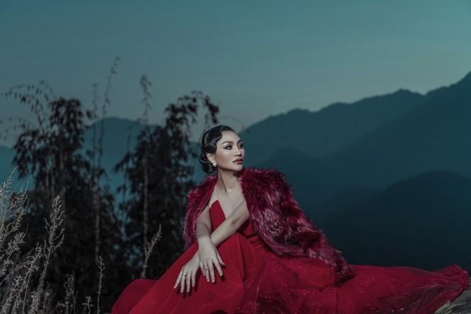 Nữ Hoàng Trần Huyền Nhung quyền lực, ma mị đón chào năm mới 2020. - ảnh 4