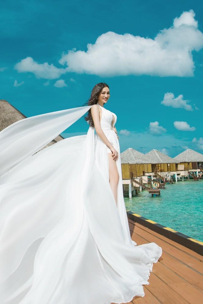 Vẻ đẹp thuần khiết của nữ hoàng Trần Huyền Nhung tại thiên đường Maldives - ảnh 1