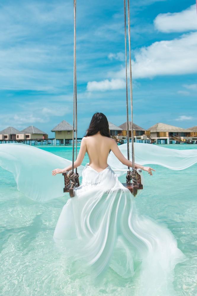 Vẻ đẹp thuần khiết của nữ hoàng Trần Huyền Nhung tại thiên đường Maldives - ảnh 4