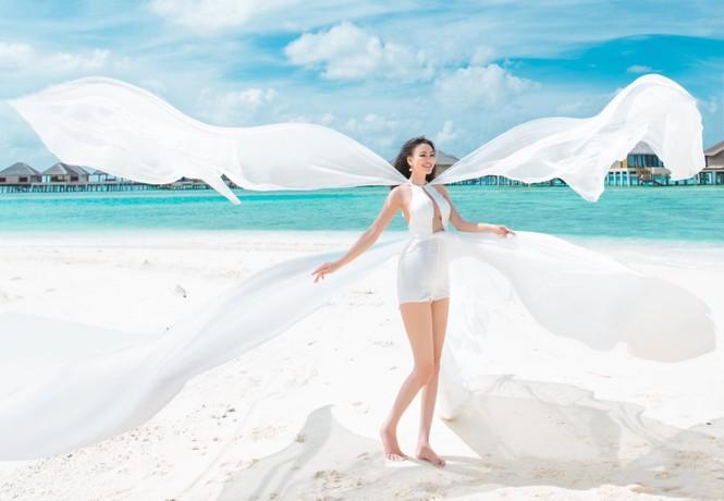 Vẻ đẹp thuần khiết của nữ hoàng Trần Huyền Nhung tại thiên đường Maldives - ảnh 10