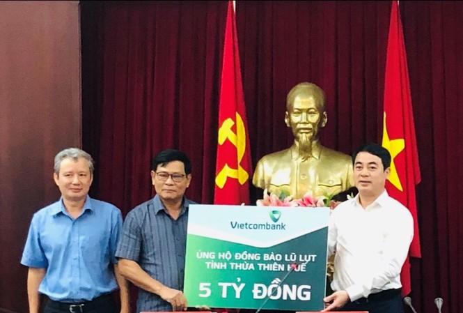 Vietcombank ủng hộ 11 tỷ đồng, chung tay cùng cán bộ, chiến sỹ và đồng bào miền Trung  - ảnh 1