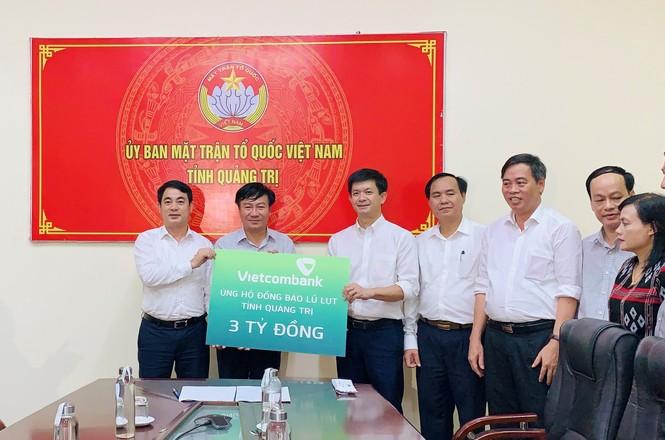 Vietcombank ủng hộ 11 tỷ đồng, chung tay cùng cán bộ, chiến sỹ và đồng bào miền Trung  - ảnh 2