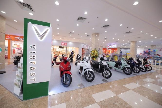 VinFast đồng loạt khai trương 21 showroom ô tô và xe máy điện - ảnh 1