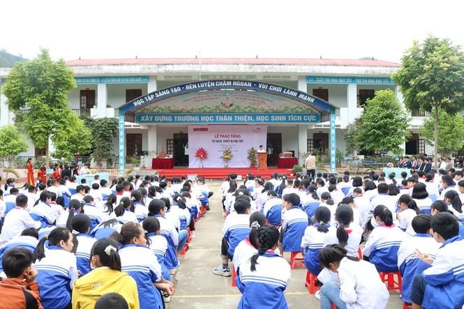 """Tủ sách """"Thêm con chữ, bớt đói nghèo"""" đến với tỉnh miền núi Hà Giang - ảnh 1"""