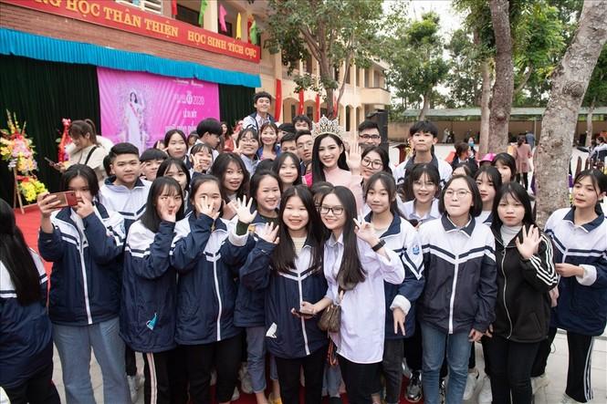 Hình ảnh đẹp của Đỗ Thị Hà và các Hoa hậu Việt Nam khi về thăm trường cũ - ảnh 3