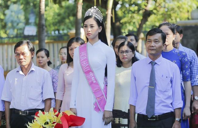 Hình ảnh đẹp của Đỗ Thị Hà và các Hoa hậu Việt Nam khi về thăm trường cũ - ảnh 5