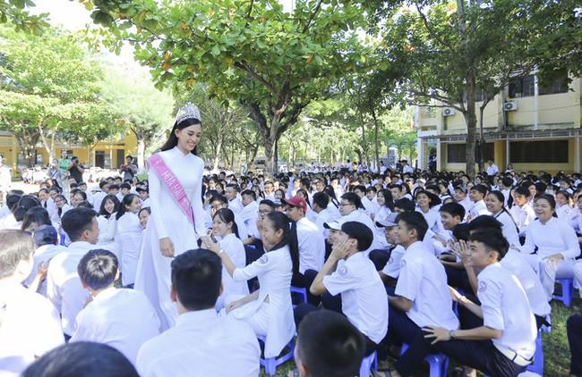 Hình ảnh đẹp của Đỗ Thị Hà và các Hoa hậu Việt Nam khi về thăm trường cũ - ảnh 6
