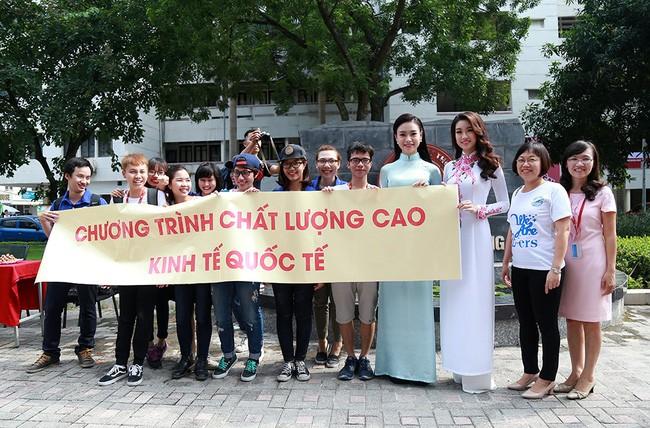 Hình ảnh đẹp của Đỗ Thị Hà và các Hoa hậu Việt Nam khi về thăm trường cũ - ảnh 9