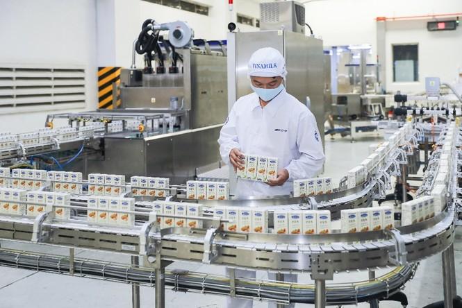 Vinamilk 'xông đất' 2021 với lô hàng lớn gồm sữa hạt và sữa đặc xuất khẩu đi Trung Quốc - ảnh 1