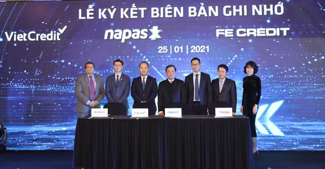 VietCredit cùng NAPAS ký kết biên bản ghi nhớ hợp tác phát hành thẻ chip tín dụng nội địa - ảnh 1