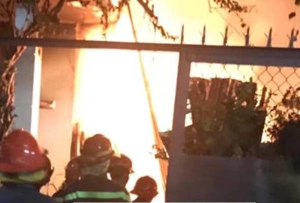Dân leo rào phá cửa giải cứu gia đình bị lửa bao trùm - ảnh 1