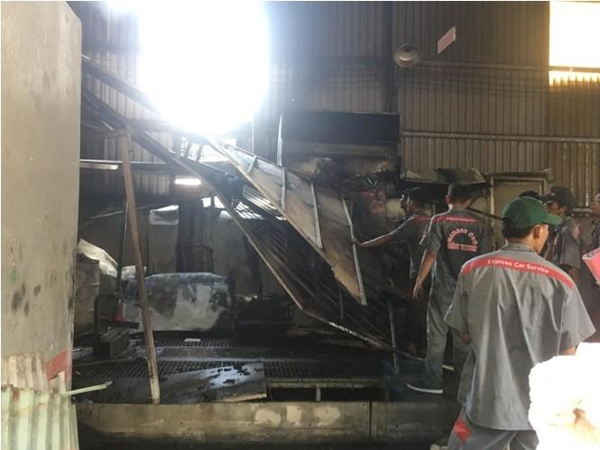 Dân leo rào phá cửa giải cứu gia đình bị lửa bao trùm - ảnh 2