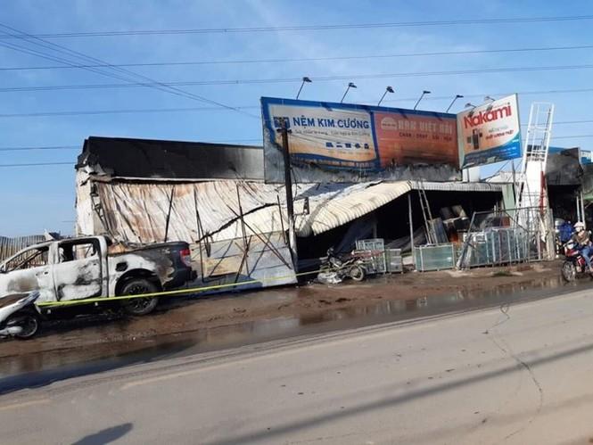 'Bà hỏa' thiêu rụi cửa hàng điện máy và xe ô tô - ảnh 2