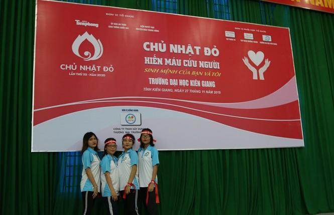 Hàng trăm bạn trẻ có mặt từ sớm tham gia Chủ Nhật Đỏ tại Kiên Giang - ảnh 2