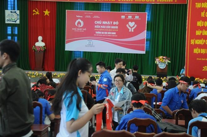 Hàng trăm bạn trẻ có mặt từ sớm tham gia Chủ Nhật Đỏ tại Kiên Giang - ảnh 7